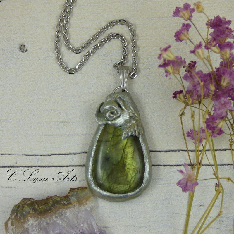 PENDENTIF en fimo, argile polymère avec labradorite aux reflets verts