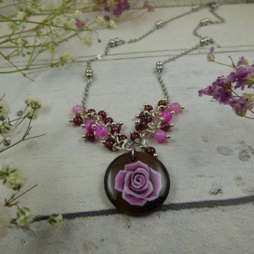 médaillon en bois avec Rose fushia peinte à la main, pendentif unique