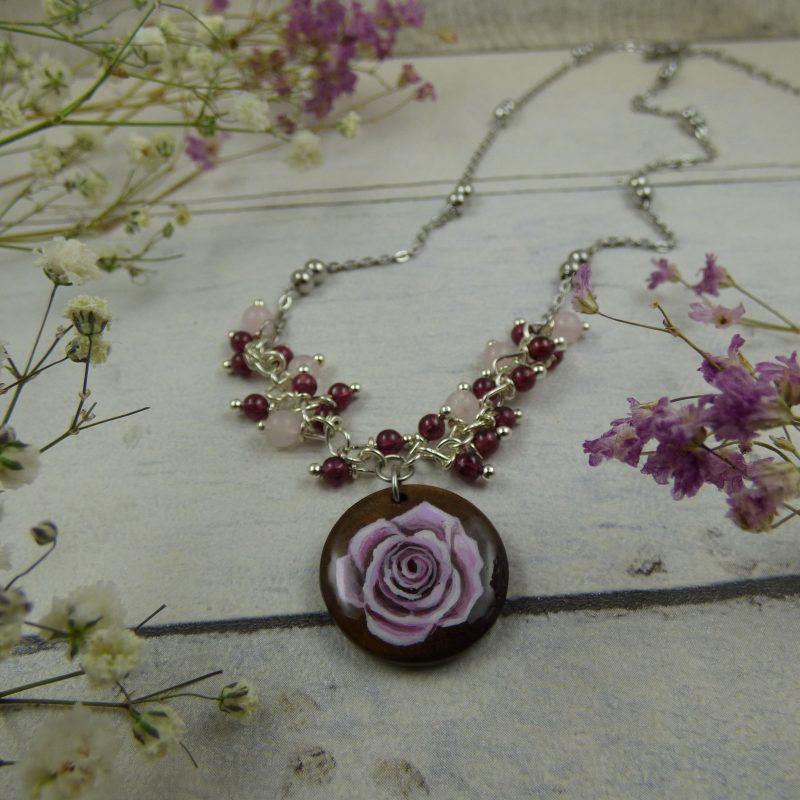 médaillon en bois avec Rose poudrée peinte à la main, pendentif unique