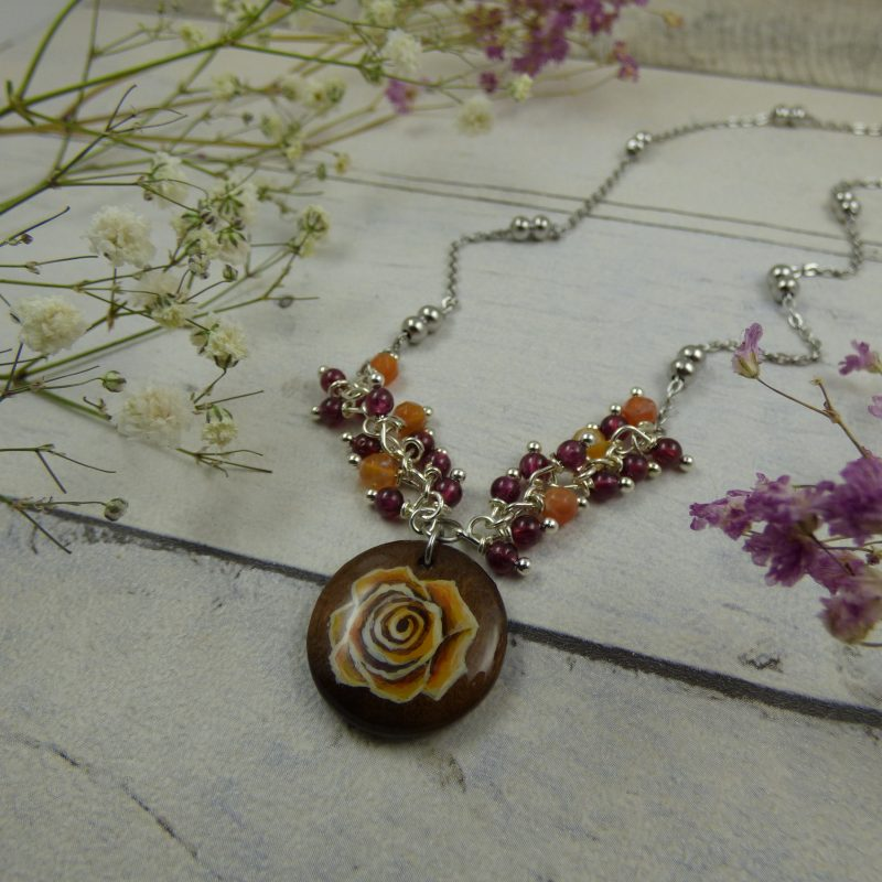 médaillon en bois avec Rose orangée peinte à la main, pendentif unique