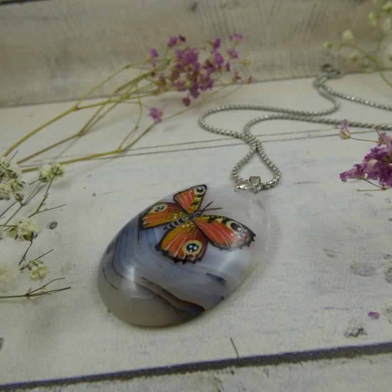 Pendentif Papillon Paon-de-jour peint sur une pierre naturelle d'agate