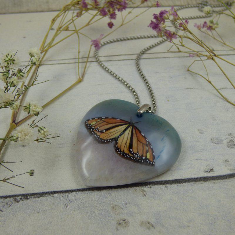 Pendentif pour fée, Papillon monarque peint à la main sur une pierre d'agate
