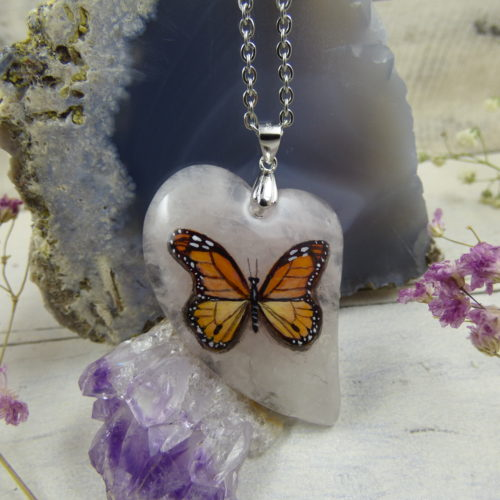 Papillon monarque peint sur une pierre de quartz rose - bijou féerique unique