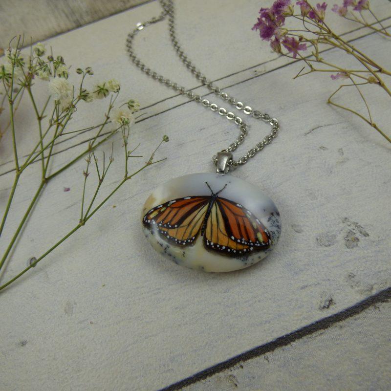 Papillon monarque peint sur une pierre d'Opale dentritique - bijou féerique unique