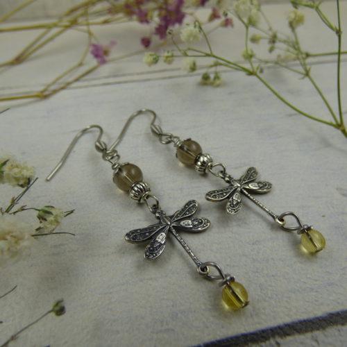 BOUCLES D'OREILLES en pierres naturelles, avec libellules en laiton