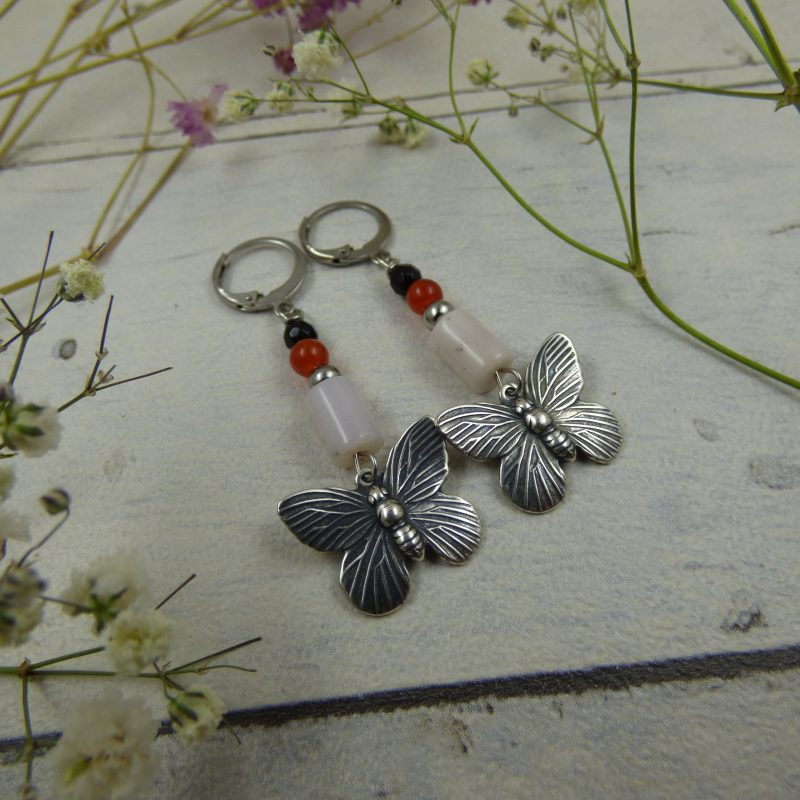 BOUCLES D'OREILLES en pierres naturelles, avec papillons en laiton