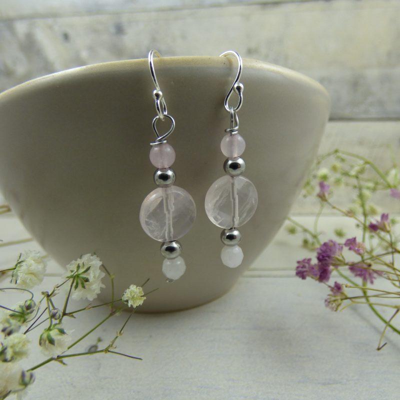 BOUCLES D'OREILLES en pierres naturelles, quartz rose