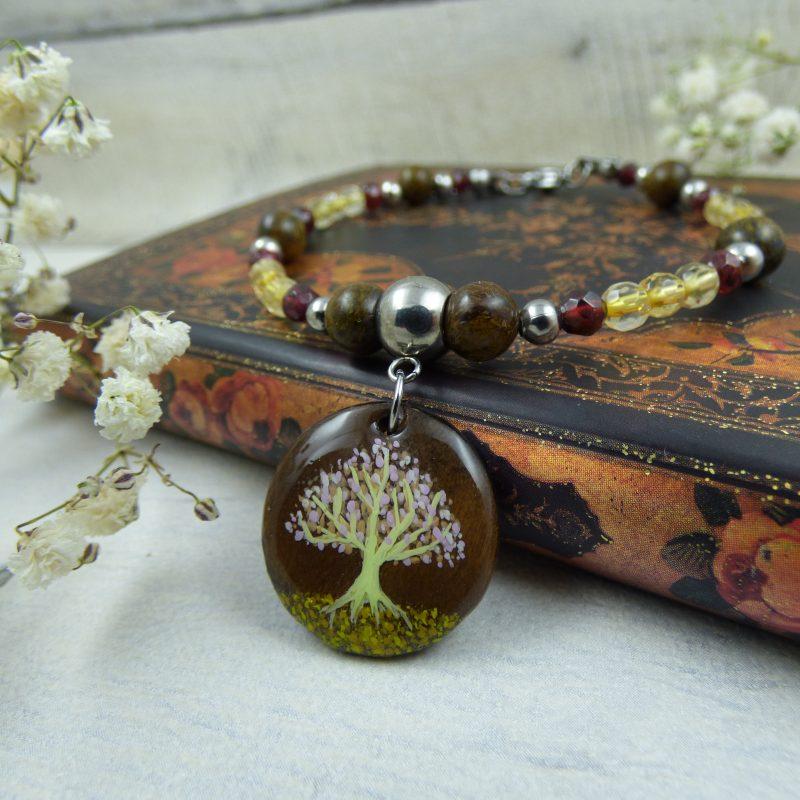 Bracelet avec arbre de vie peint à la main sur médaillon en bois, bijou artisanal, pièce unique