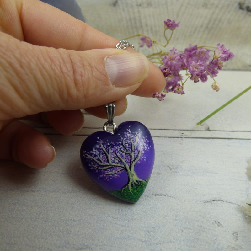 Pendentif coeur avec un arbre de vie peint à la main sur médaillon en bois