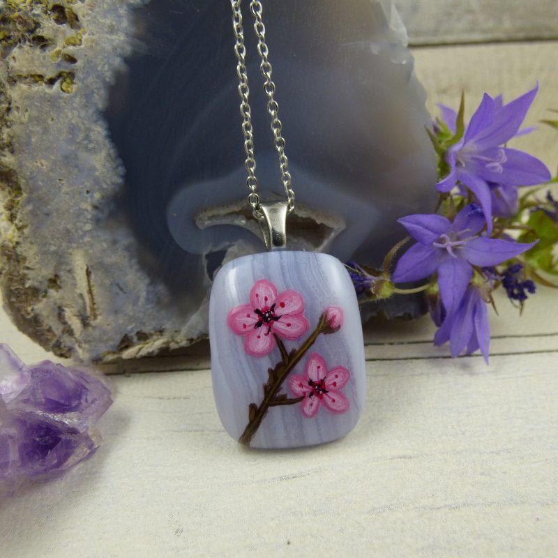 Pendentif le pierre d'agate blue lace avec des fleurs de cerisier peintes à la main - bijou unique