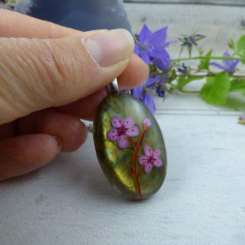Pendentif labradorite dorée avec des fleurs de cerisier peintes à la main - bijou unique