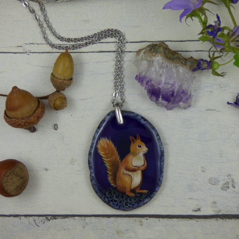 Pendentif avec écureuil peint à la main sur une pierre d'agate silice violette