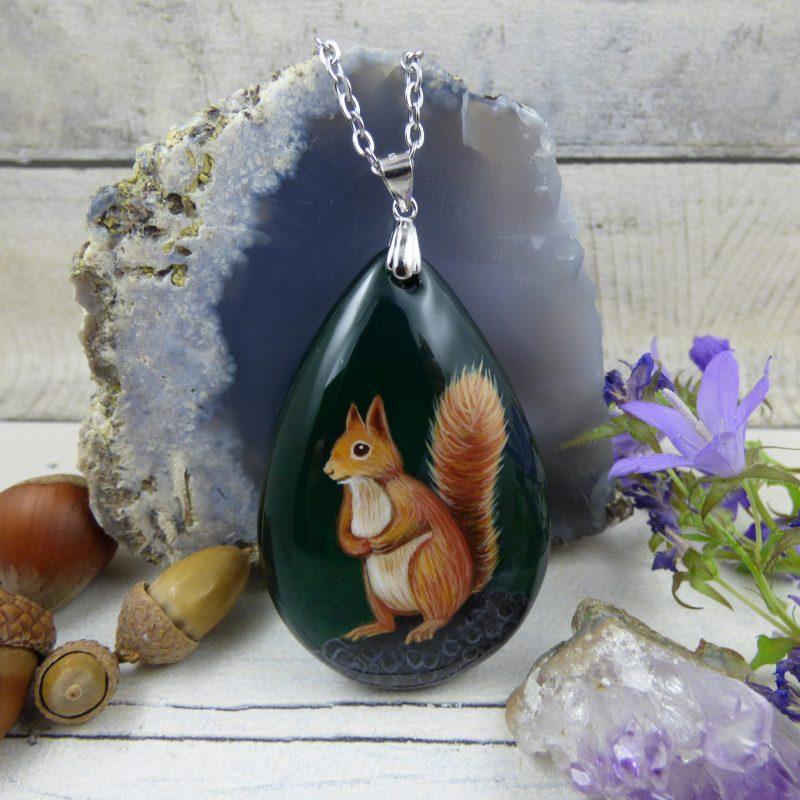 Pendentif avec écureuil peint à la main sur une pierre d'agate verte