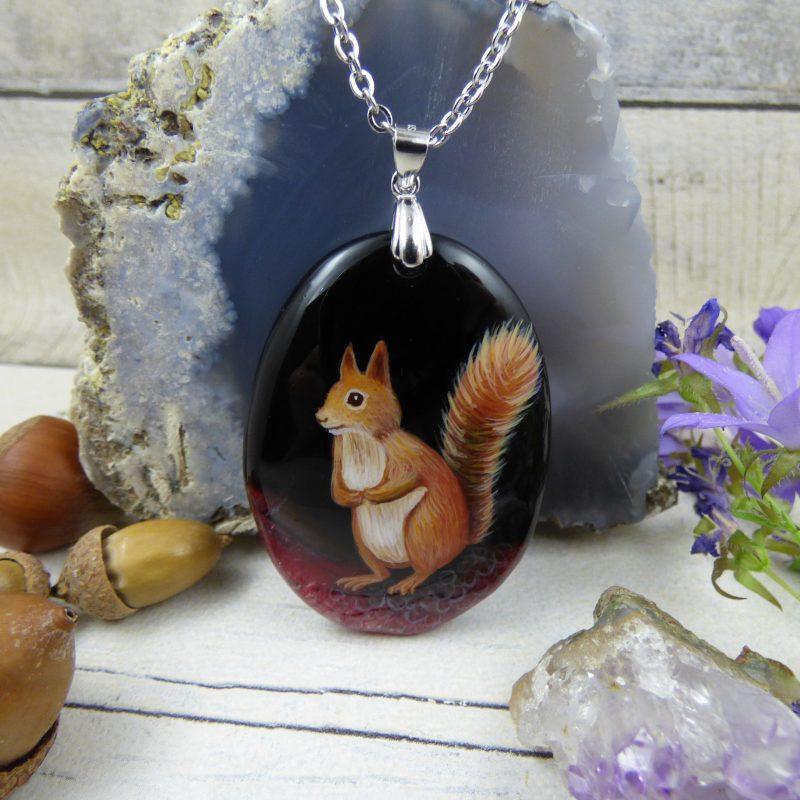 Pendentif avec écureuil peint à la main sur une pierre d'agate, bijoux unique