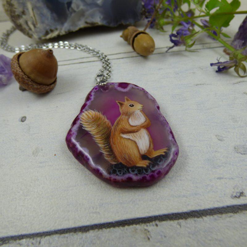 Pendentif avec écureuil peint à la main sur une pierre d'agate silice rose