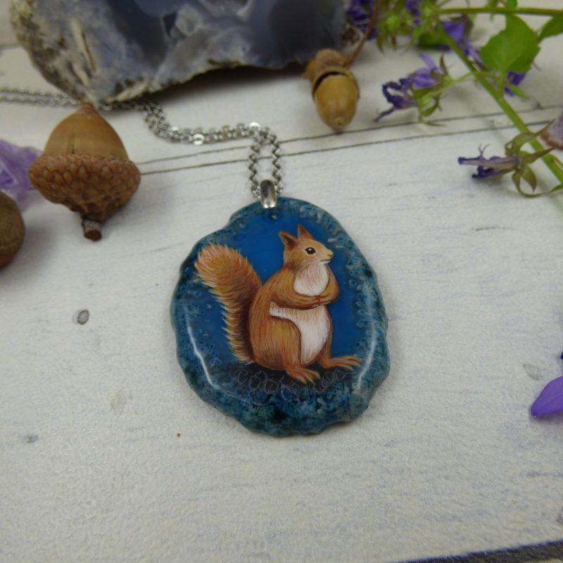 Pendentif avec écureuil peint à la main sur une pierre d'agate silice
