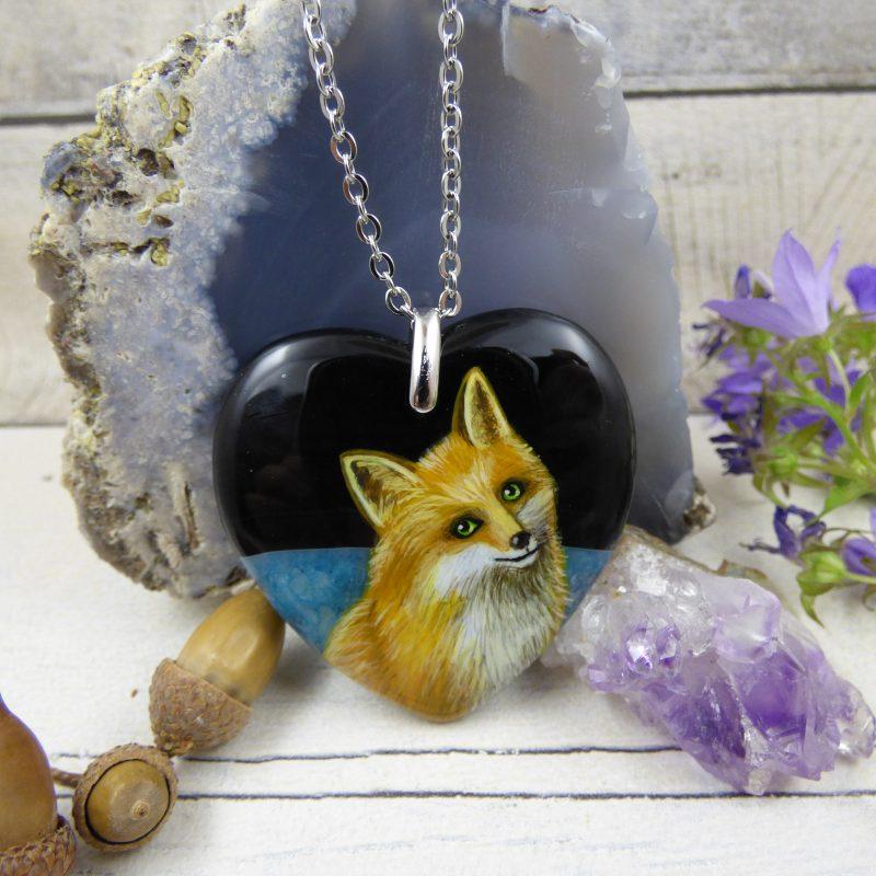 Pendentif avec renard peint à la main sur une pierre d'agate en forme de coeur