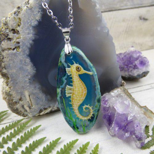 bijou d'été, pendentif hippocampe peint à la main sur une pierre