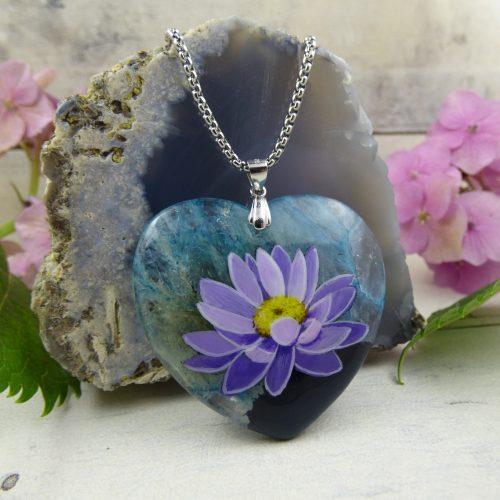 fleur de lotus peinte sur coeur d'agate