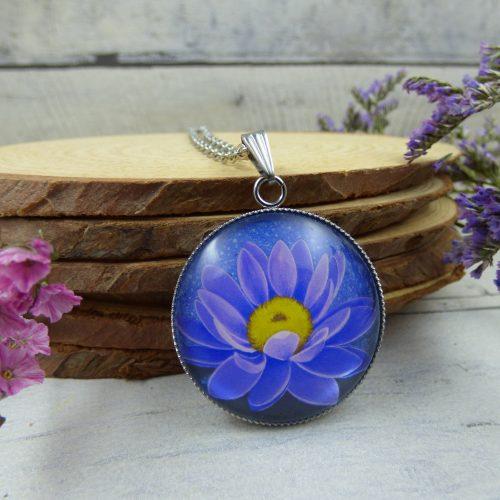 un médaillon avec une fleur de lotus