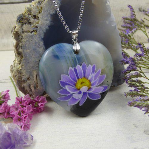 une fleur de lotus peinte sur une pierre d'agate