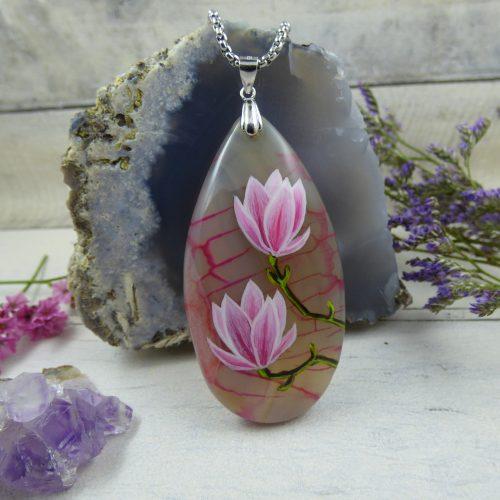 un pendentif avec des fleurs de magnolias peintes à la main
