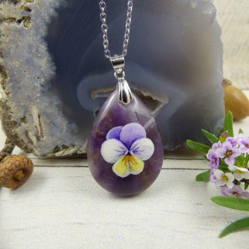 bijou fleur de pensee peinte sur pierre d'amethyste