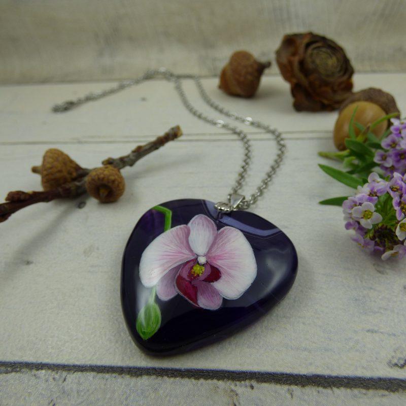 bijou pendentif avec orchidee peinte sur pierre