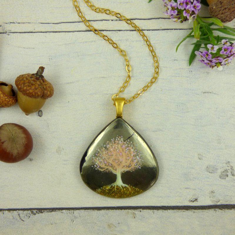 bijou en pierre de pyrite avec arbre de vie peint