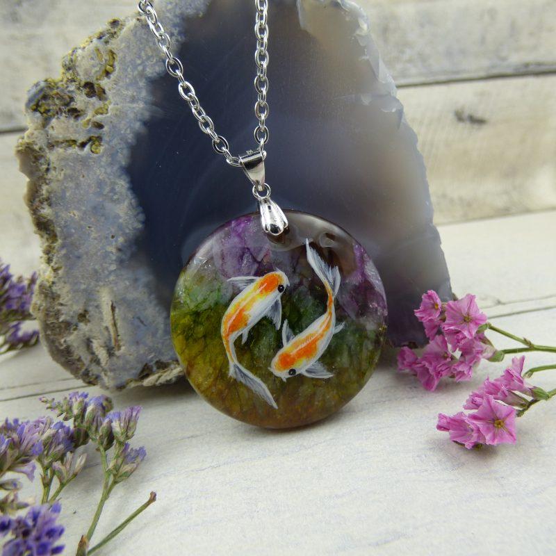 bijou pendentif carpes koi peinte sur pierre d'agate