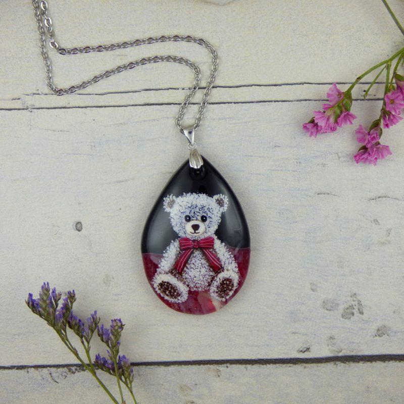 nounours peint sur un médaillon