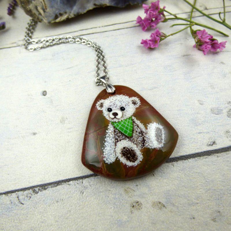 bijou nounours peint sur une pierre