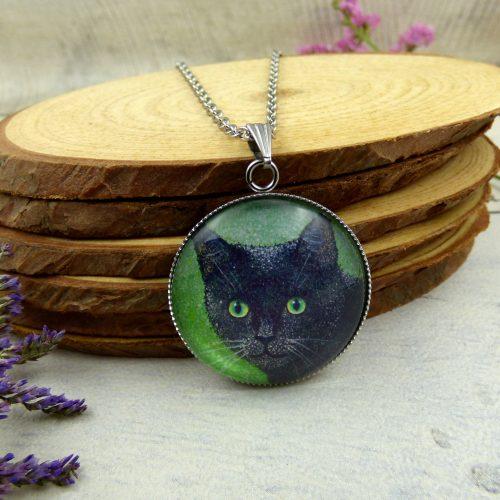 médaillon de chat aux yeux verts
