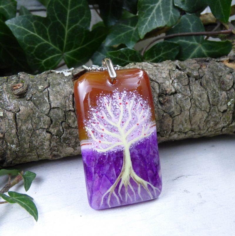 arbre peint sur une pierre d'agate