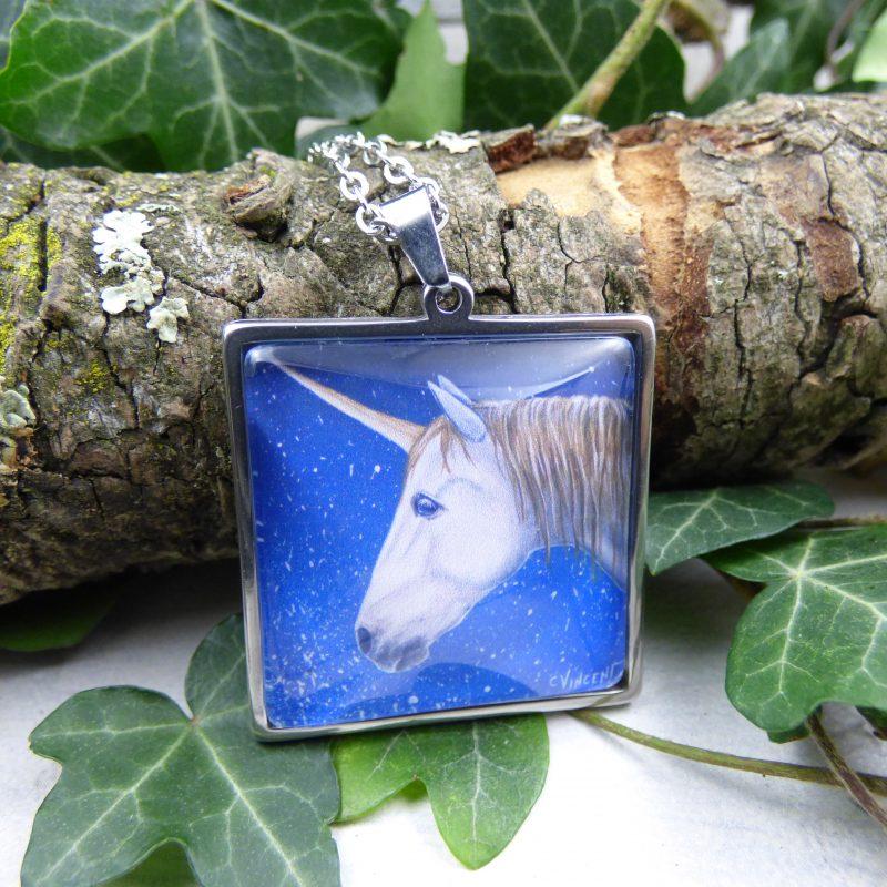 bijoux avec la photo d'une licorne au fond bleu
