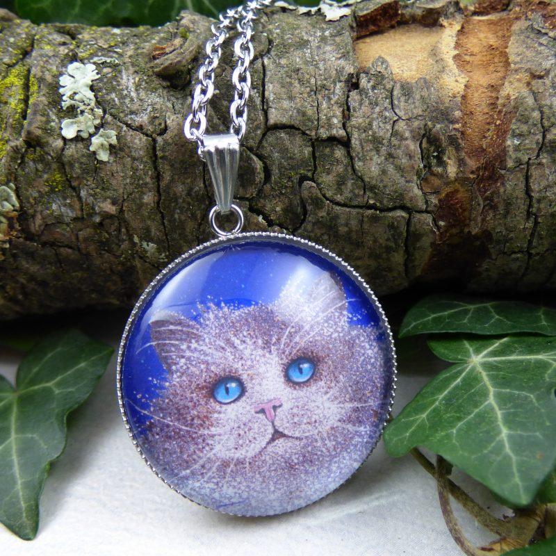 pendentif avec la photo d'un chat aux yeux bleus