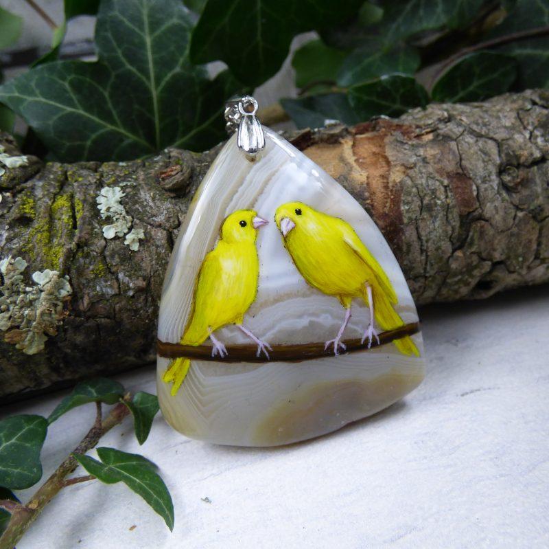 bijou avec canaris peints sur une pierre d'agate