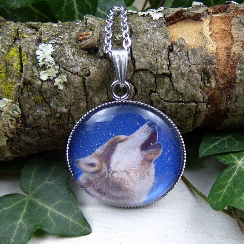 pendentif illustré par la photo d'un loup hurlant