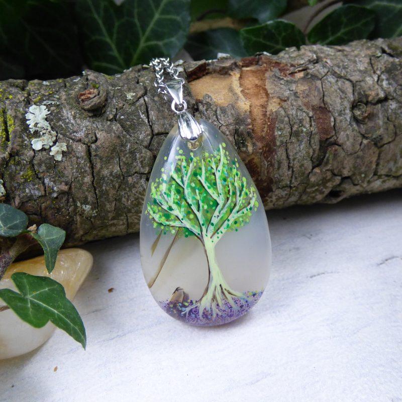 pendentif avec un arbre sur une pierre d'agate