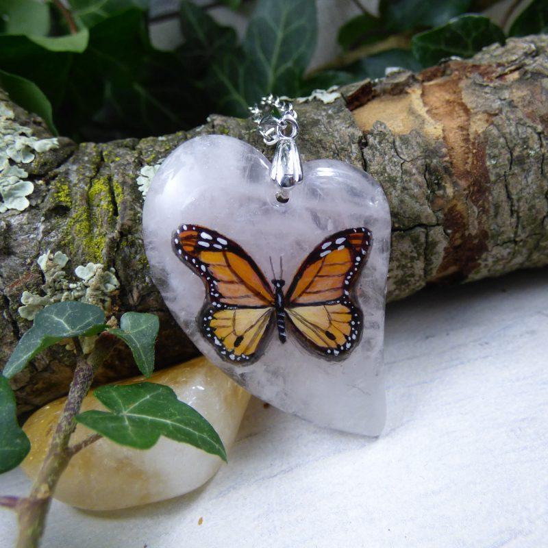 pierre de quartz rose avec un papillon monarque