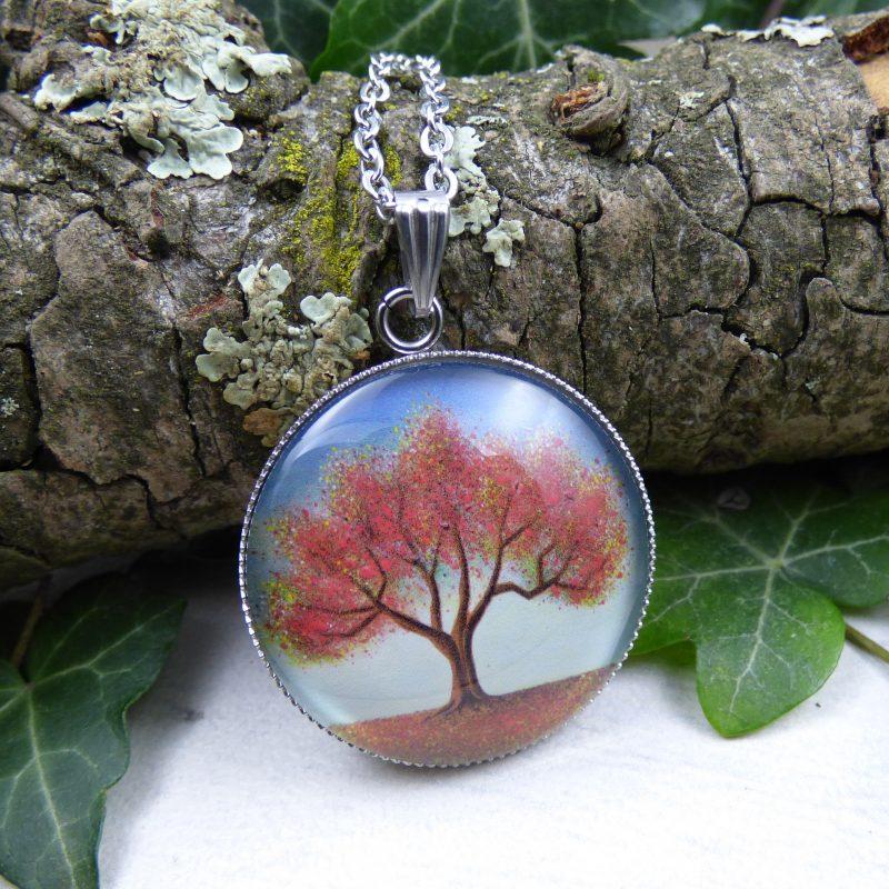 pendentif avec la photo d'un arbre rouge