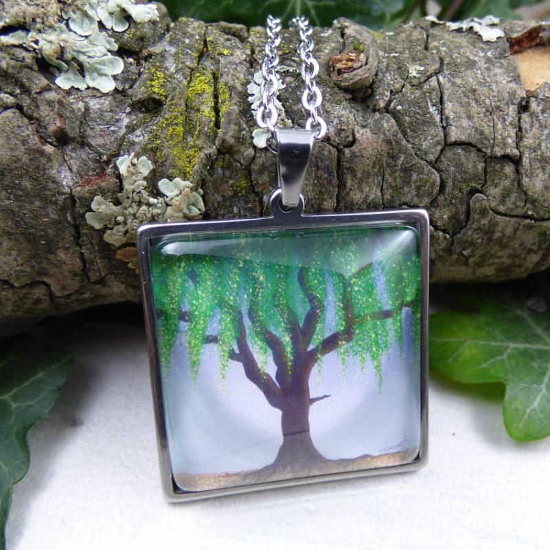 pendentif avec la photo d'un arbre saule vert