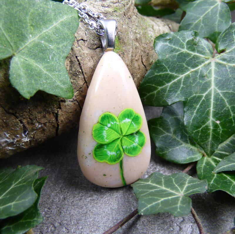 bijou artisanal avec un trefle peint sur une pierre rose