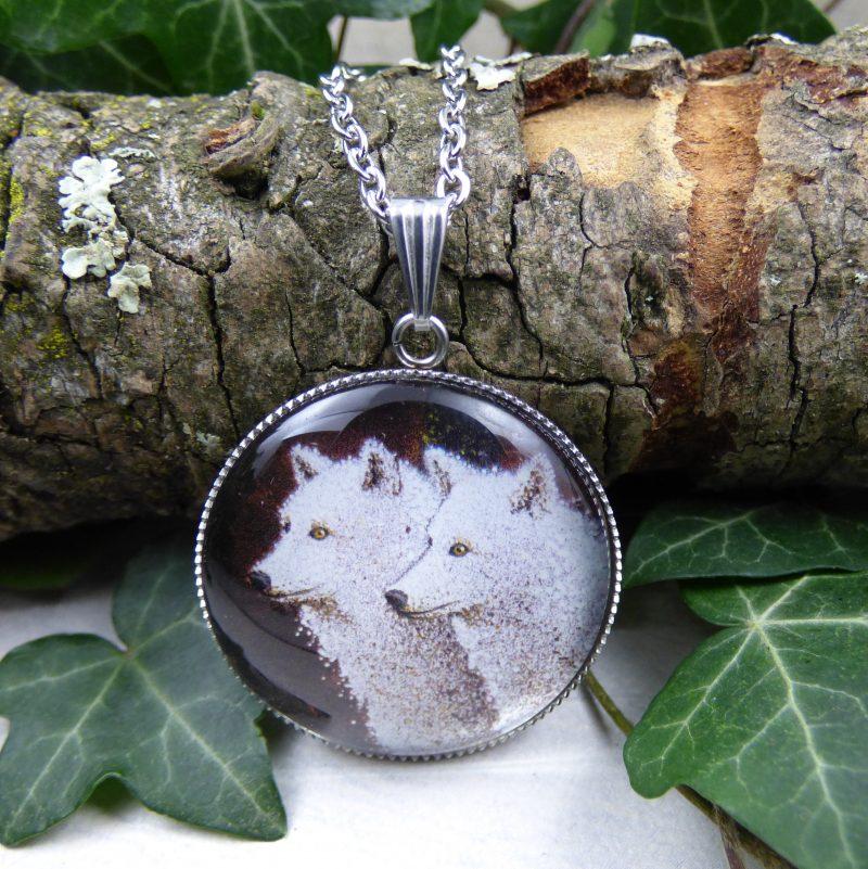 pendentif avec la photo de deux loups blanc