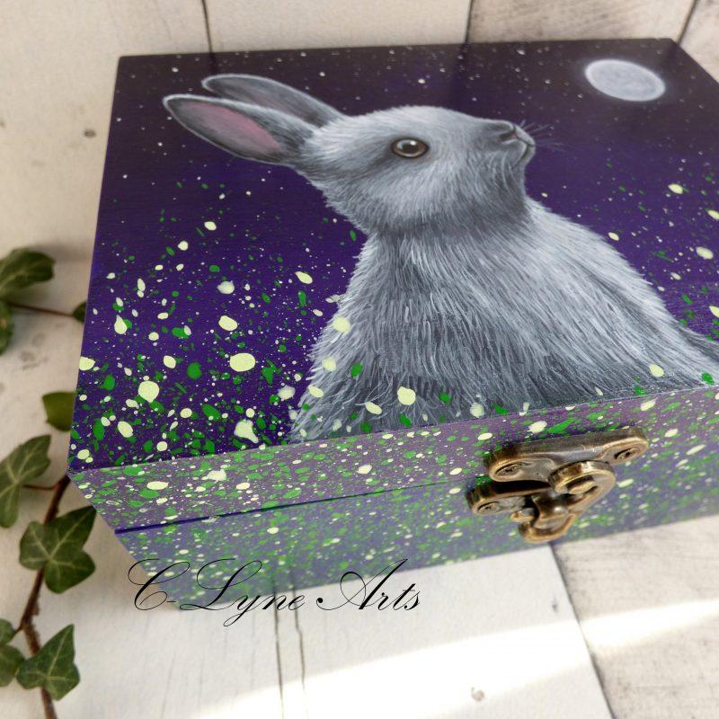 peinture de lapin regardant la lune peint sur boite en bois