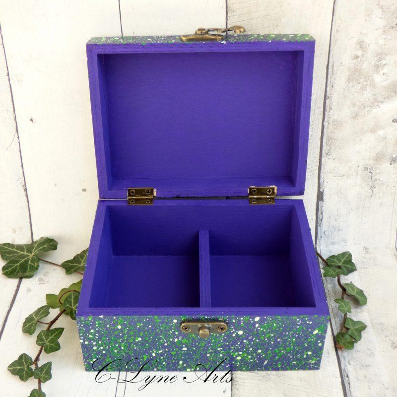 coffret à bijoux ouvert peint en violet et vert