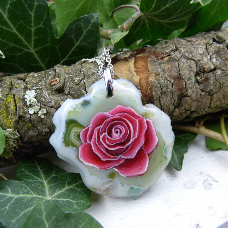 rose rouge peinte à la main sur une pierre d'agate silice