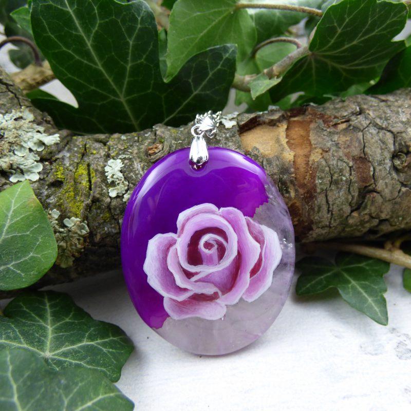 rose peinte à la main sur une pierre d'agate fushia