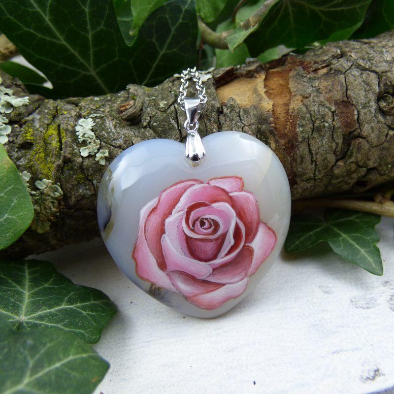 rose peinte à la main sur une pierre d'agate