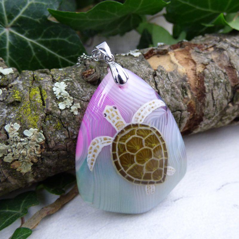 bijou avec tortue peinte sur une pierre d'agate
